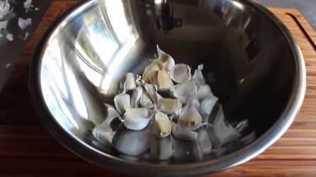 Come sbucciare l'aglio in pochissimi secondi