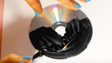 Dipinge un vecchio cd di nero, guardate come lo riutilizza