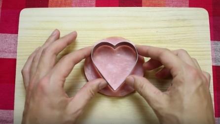Poggia la formina sulla fetta di prosciutto: la ricetta veloce e romantica
