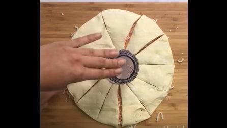 Mette un bicchiere al centro dell'impasto e lo divide in spicchi: l'idea gustosa per la pizza