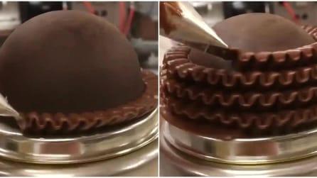 Il modo di decorare la torta vi ipnotizzerà