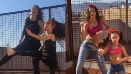 Mamma e figlia ballano insieme: la sintonia tra le due è unica