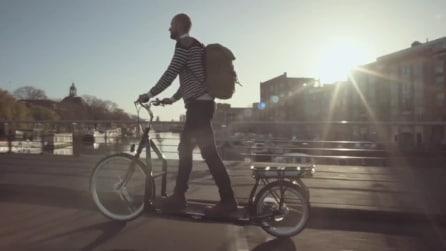 La bici senza pedali che si muove con un tapis roulant