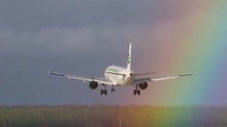 L'aereo atterra tra i colori dell'arcobaleno, la vista è mozzafiato