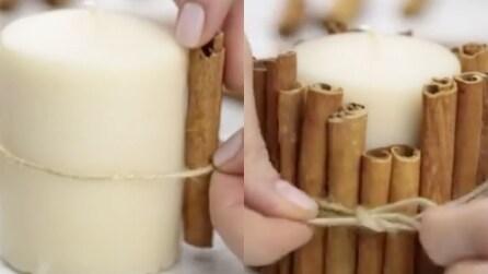 Mette delle stecche di cannella intorno a una candela: la soluzione ideale per la casa