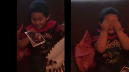 La mamma gli dice che a breve avrà un fratellino: la reazione del piccolo è commovente