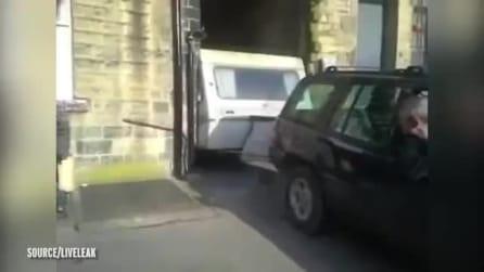 Cerca di spostare il caravan incastrato ma qualcosa va storto