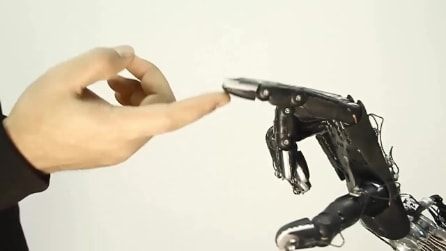 Ecco la mano robotica più intelligente al mondo, capace di imparare dalle sue esperienze