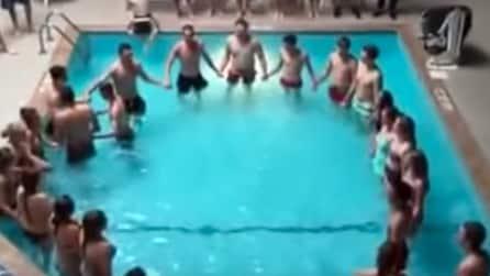 Entrano in piscina per fare nuoto, ma quello che mettono in scena dopo pochi minuti è inaspettato