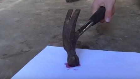 """Bagna un foglio con uno """"strano liquido"""": incredibile quello che succede dopo una martellata"""