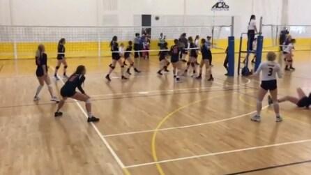 Giocano a pallavolo: guardate cosa succede alla ragazza in basso a destra