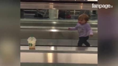 La bambina è sul tappeto mobile quando all'improvviso vede un frappè: guardate la sua reazione