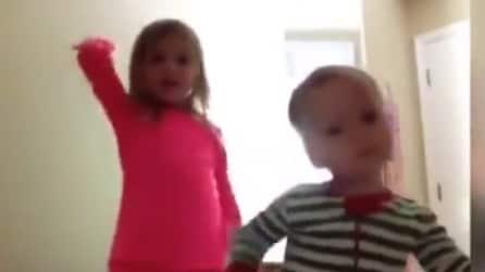 Prendono l'I-pad della madre e iniziano a registrare il video: le due bimbe spopolano sul web