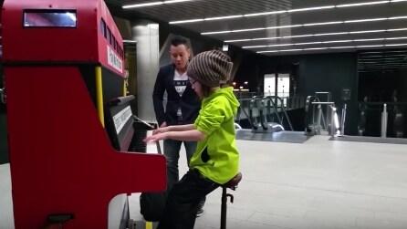 La bambina di 9 anni suona il pianoforte della metro e stupisce tutti i viaggiatori