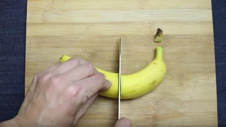 Taglia una banana in questo modo, l'idea utile per la macedonia