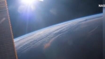 Gli astronauti vedono l'alba 16 volte al giorno: il mistero spiegato in queste spettacolari immagini
