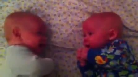 Discorsi intensi tra gemellini prima di andare a letto: di cosa staranno parlando?