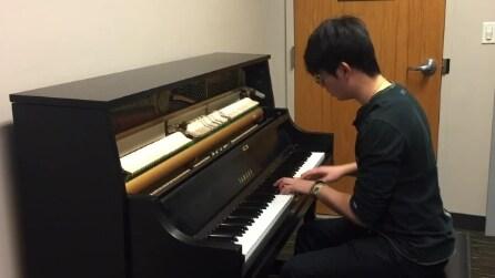 Il talento al piano che suona come le melodie degli smartphone Apple e Samsung