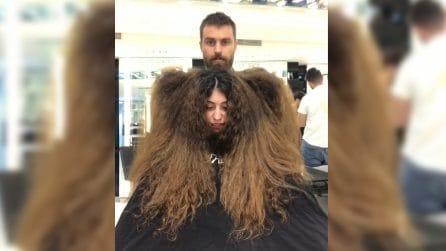 Ha i capelli lunghissimi e sfibrati: la trasformazione è pazzesca