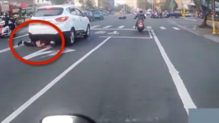 Il motociclista perde il controllo e quello che succede dopo è incredibile