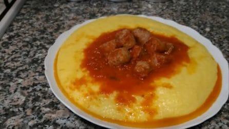 Polenta con sugo e salsiccia: il piatto caldo che delizia ogni palato