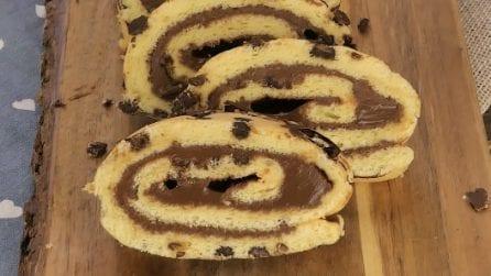 Rotolo soffice con gocce di cioccolato: la ricetta facile per la merenda!