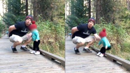 Padre modello: stanno scattando una foto ma la figlia perde l'equilibrio, ciò che fa è incredibile