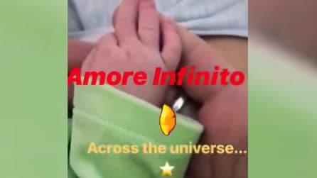 Giuliano Sangiorgi sfiora le manine della figlia e le dedica una dolcissima ninna nanna