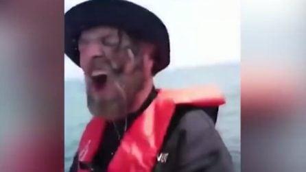 Spiacevole sorpresa in barca: ecco cosa accade al pescatore