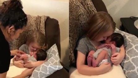 Le mettono in braccio la sorellina, la sua reazione è emozionante: un momento di puro amore
