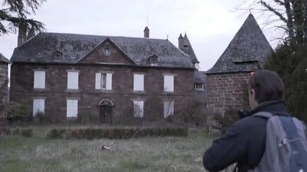 Arriva fuori una casa abbandonata: quando entra all'interno resta di stucco