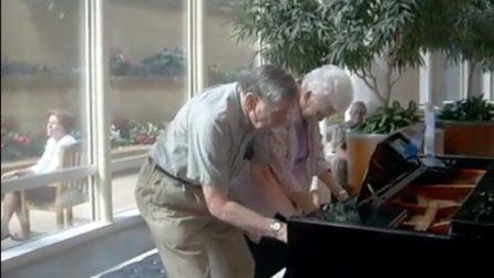 La coppia di anziani si esibisce al pianoforte emozionando i presenti: quando l'età è solo un numero