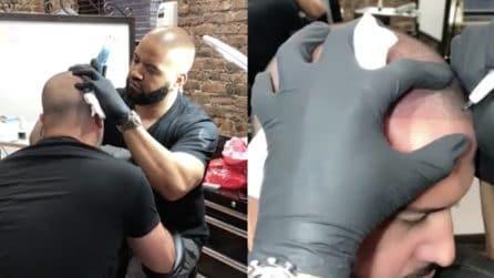 Gli tatua la testa: il motivo è incredibile
