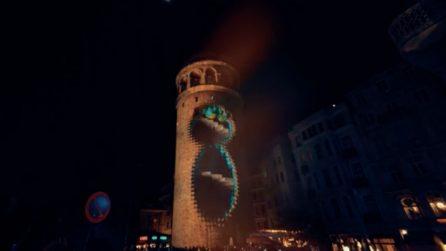 La torre prende vita improvvisamente, lo spettacolo è assurdo