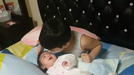La bimba ha solo un mese, il fratellino si prende cura di lei: la scena che riempie il cuore di gioia