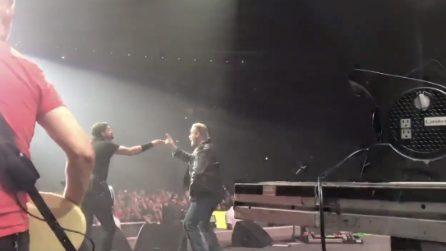 """John Travolta sale sul palco durante il concerto dei Foo Fighters: la sorpresa per i fan di """"Grease"""""""