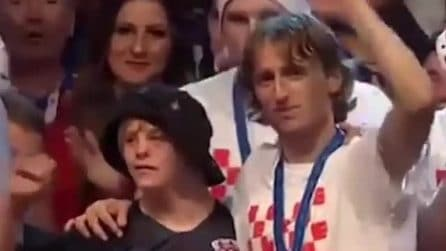 Croazia, il cuore grande di Modric: festeggia sul palco con un ragazzo con sindrome di Down