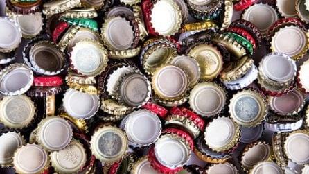 Come riciclare i tappi delle bottiglie: l'idea creativa