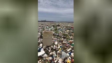 Il mare è completamente ricoperto dalla plastica: le immagini inquietanti