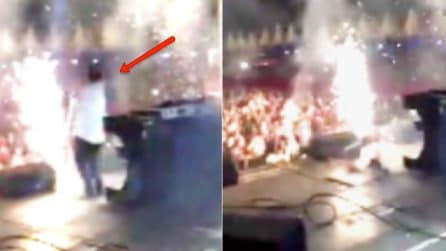 """Il cantante """"scompare"""" nel nulla durante il concerto: l'imbarazzante incidente sul palco"""