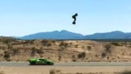 Hoverboard volante vs Lamborghini: che spettacolo