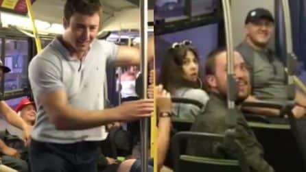 Si alza e dà spettacolo in metropolitana: quello che fa lascia tutti a bocca aperta