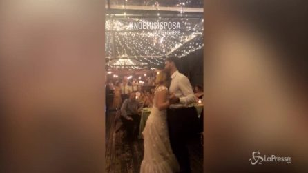 Roma, Noemi e Gabriele si sposano: il tenero bacio tra la cantante e il bassista