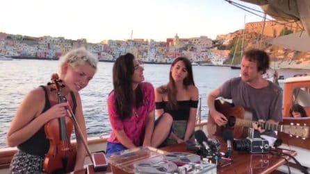 """Damien Rice canta """"Hallelujah"""" sullo sfondo del mare di Procida: la performance da brividi"""
