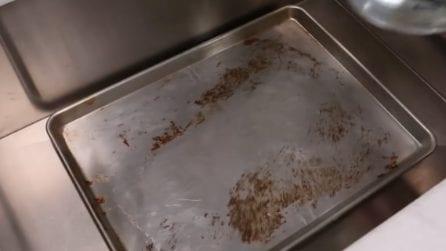 Come pulire e sgrassare la teglia del forno: il rimedio naturale
