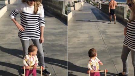 Un ragazzo a torso nudo passa vicino a mamma e figlia: l'inaspettata reazione della piccola