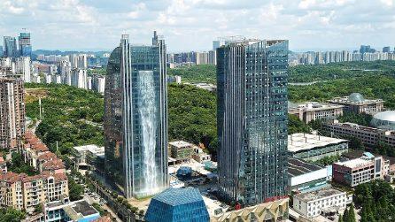 Costruiscono una cascata di 108 metri su un grattacielo: le immagini sono sbalorditive