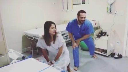 """Il ginecologo balla con lei durante il travaglio: l'idea """"alternativa"""" per alleviare il dolore"""