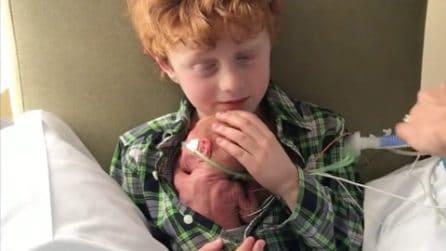 Il primo abbraccio del piccolo Mikey al fratellino vivo per miracolo è il simbolo dell'amore fraterno