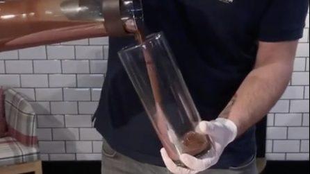 Versa la cioccolata in un lungo bicchiere: prepara la colazione più golosa che ci sia